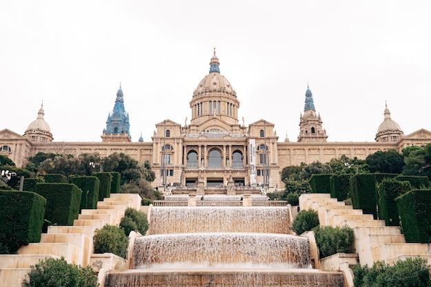 Барселона испания декабрь национальный дворец в барселоне испания общественный дворец на горе монжуик в