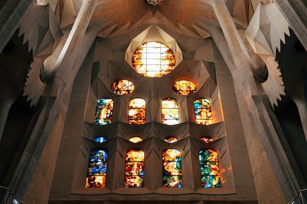 バルセロナスペイン12月バルセロナスペインのサグラダファミリアの内側からのステンドグラス