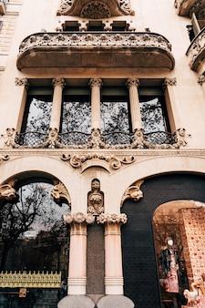 바르셀로나 스페인 12월 리에오 이 모레라의 집은 바르셀로나에 있는 6층 주거용 건물입니다.