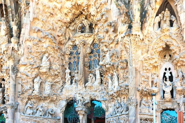 바르셀로나 스페인 - 2016년 5월 21일 스페인 바르셀로나의 외관에 사그라다 파밀리아-아름다운 조각품의 세부 사항. 건축가 안토니 가우디가 설계한 로마 가톨릭 교회.