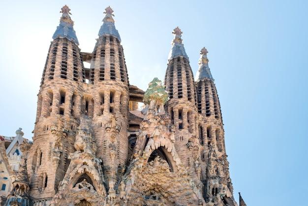 バルセロナスペイン-2016年5月21日サグラダファミリア-明るい太陽の下で大聖堂の正面を眺める、2016年5月21日にスペインのバルセロナでアントニオガウディによって設計されました。