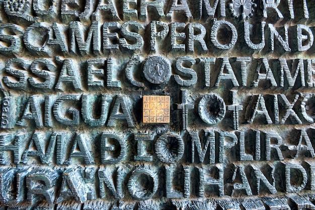 바르셀로나, 스페인 - 2016년 5월 27일: 예수 이름이 새겨진 사그라다 파밀리아 문에 있는 마법의 숫자 광장