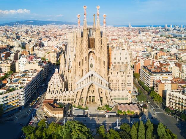 バルセロナ、スペイン-2017年10月3日:サグラダファミリア大聖堂の空中パノラマビュー。サグラダファミリアは、カタロニアの建築家アントニガウディによって設計されたバルセロナのカトリック教会です。
