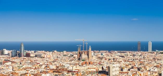 スペイン、バルセロナ。サグラダファミリアの景色を望む、街の晴れた日の素晴らしい青い空。