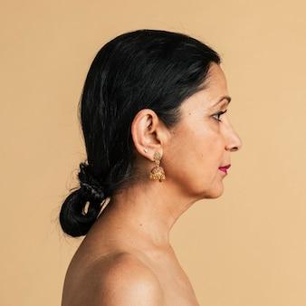 裸の胸のインドの女性