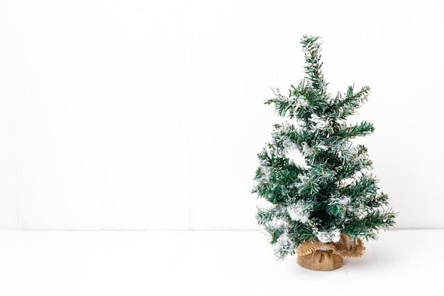흰색 절연 장식없이 맨 손으로 크리스마스 트리