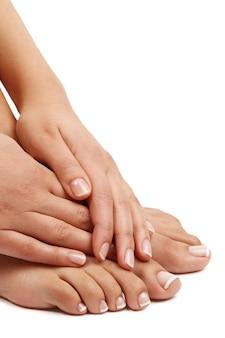 Босые ноги и руки. концепция педикюра и маникюра