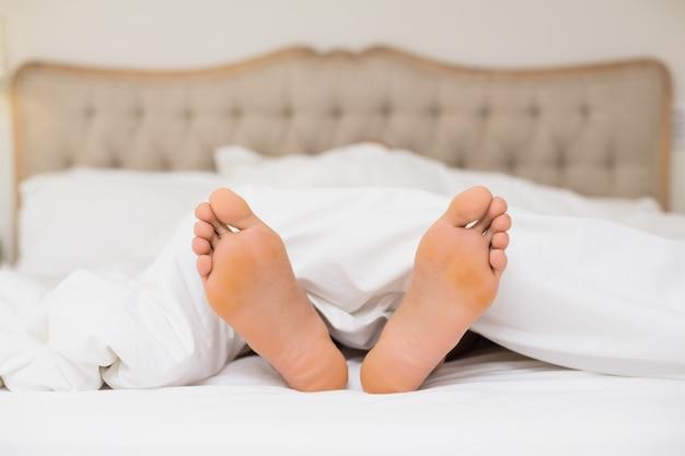 집에서 침대에서 맨발