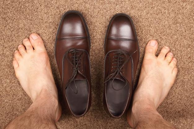 클래식 브라운 신발 근처 맨발 남자