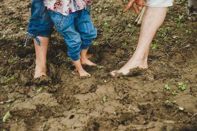 泥で遊んでいる子供たちの素足