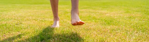 Босиком гулять по лужайке, здоровый образ жизни, заниматься йогой