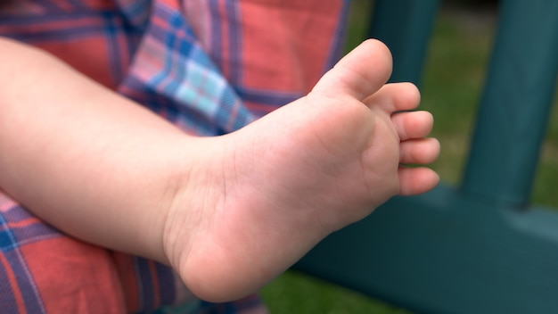 Босая нога новорожденного. крошечная ножка маленькой девочки или мальчика. мягкость кожи новорожденных. концепция ухода за детьми.