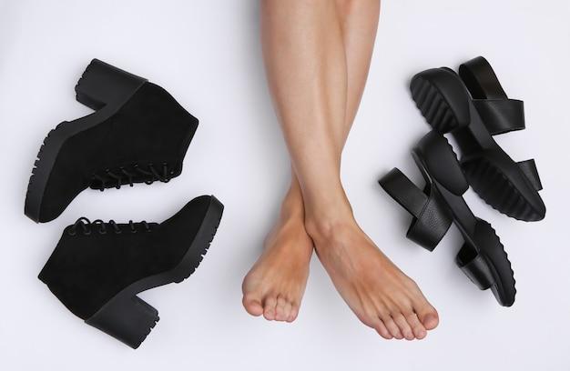 흰색 바탕에 가죽 샌들과 부츠를 신은 맨발의 여성 다리. 평면도
