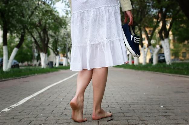 Босоногая девушка на улице