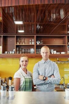 バリスタとコーヒーショップのマネージャー