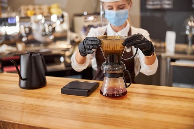 바리스타 바리스타가 수동 드립 브루어를 부어 커피를 내리는 모습
