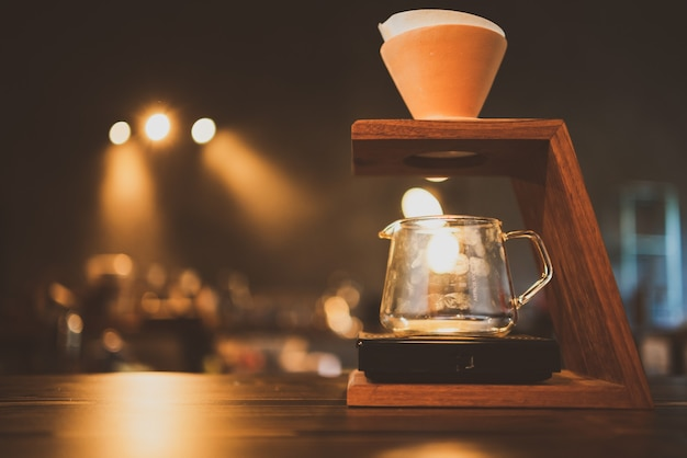 朝にコーヒーフィルターのドリップを醸造するバリスタ、新鮮な黒いエスプレッソの香りの飲み物、カフェのカップでの温かい飲み物、バーショップの背景での茶色のカフェイン