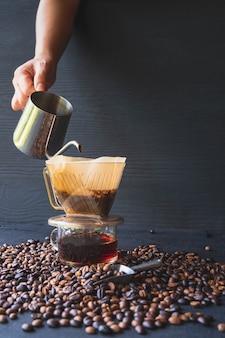 バリスタの淹れるコーヒー法はドリップコーヒーの上に注ぐ