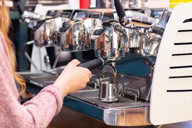 Бариста кафе приготовления кофе концепция службы подготовки. готовит эспрессо в кофейне; крупный план. крупный план свежемолотого кофе