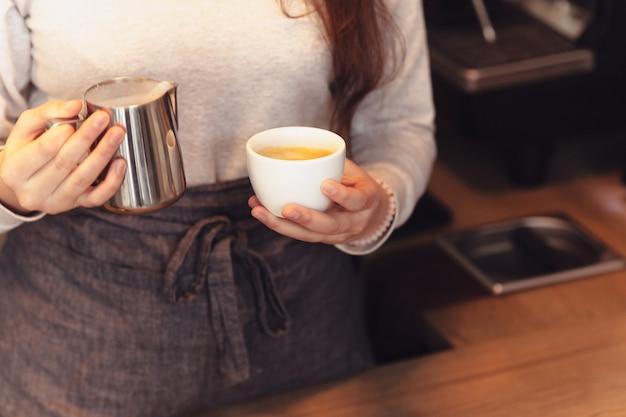 バリスタ、カフェ、コーヒーを作る、準備とサービスのコンセプト