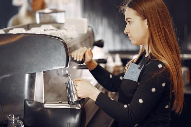 コーヒーの準備サービスのコンセプトを作るバリスタカフェ