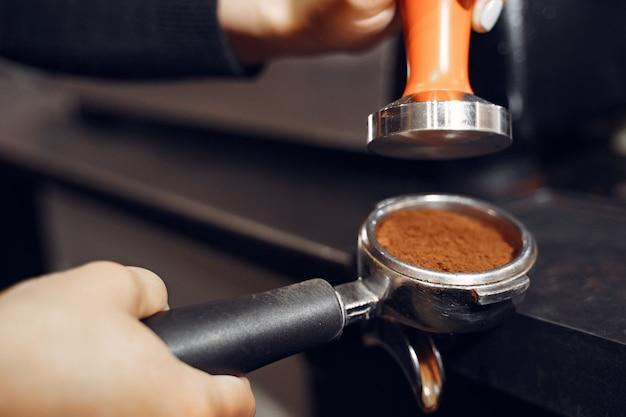 Бариста кафе делает концепцию приготовления кофе