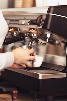Barista, caffè, preparazione del caffè, concetto di preparazione e servizio Foto Gratuite