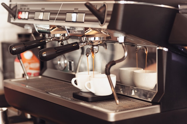 Barista, caffè, preparazione del caffè, concetto di preparazione e servizio