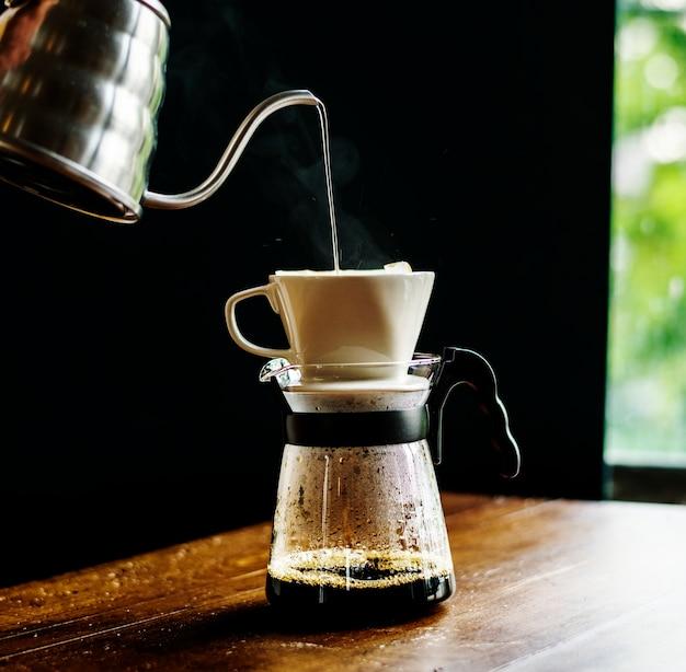 醸造コーヒーを落としているbaristaの手