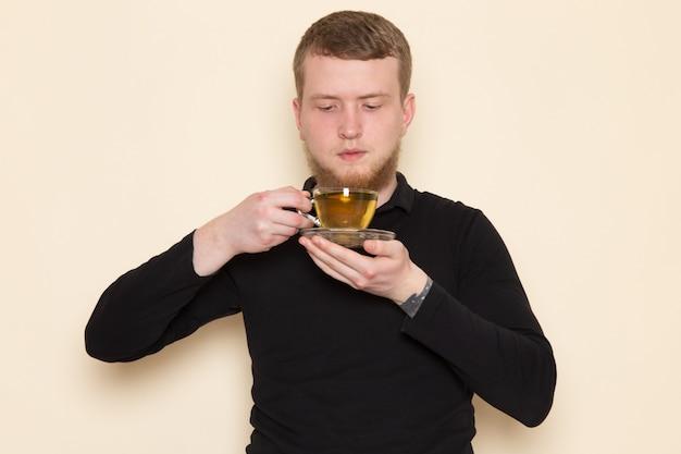 Бариста держит чашку горячего зеленого чая