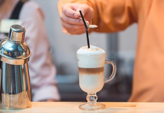 Бариста делает латте в кафе