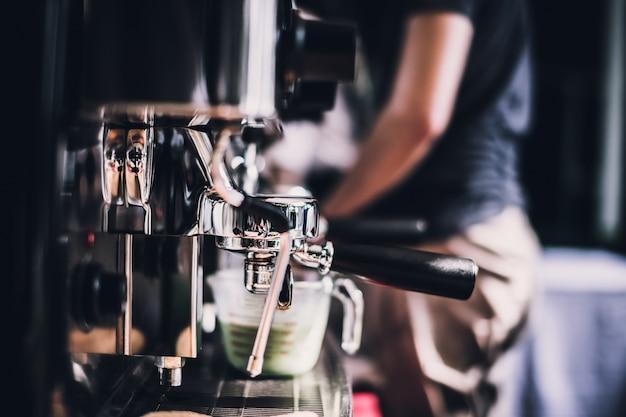 카페에서 갓 볶은 커피 콩을 연삭하는 커피를 만드는 바리 스타