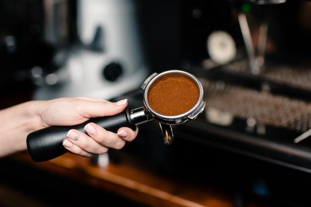 Бариста делает кофе