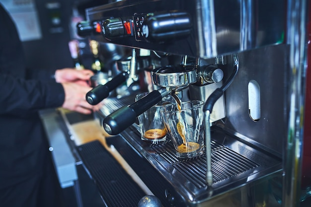 Бариста готовит кофе, латте, эспрессо.
