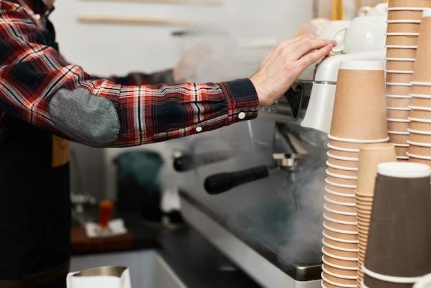 커피 머신을 사용하여 카페에서 커피를 만드는 바리스타
