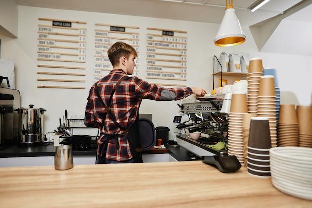 커피 머신을 사용하여 커피를 내리는 바리스타