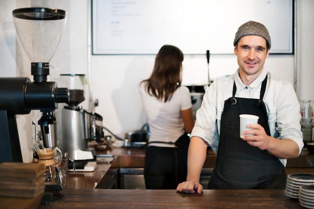 커피숍에서 일하는 바리스타