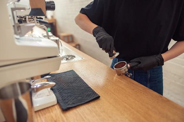 코로나 팬데믹에 식당에서 일하는 바리스타