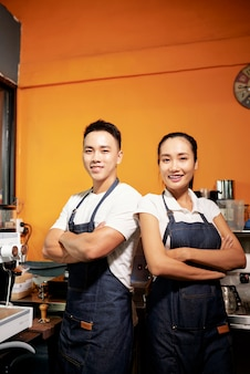 Бариста работает в кафе