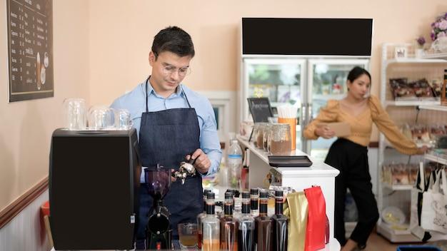 コーヒーショップで一杯のコーヒーを作って準備するバリスタ