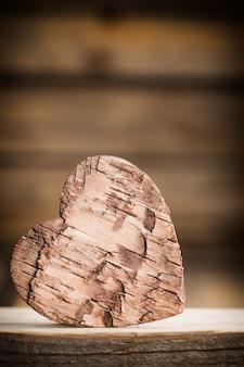 木製の背景に樹皮の心。スタジオ撮影。