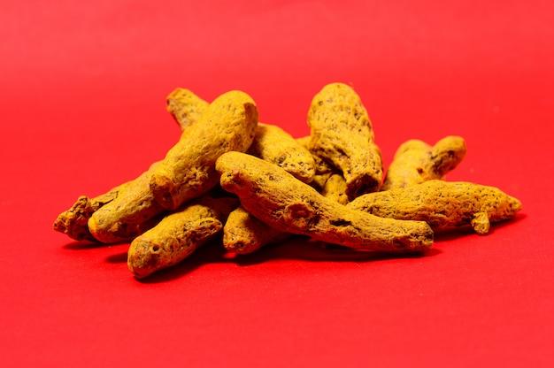 赤いスペースに黄色のウコンの樹皮