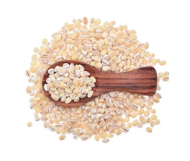 白い背景で隔離大麦粒