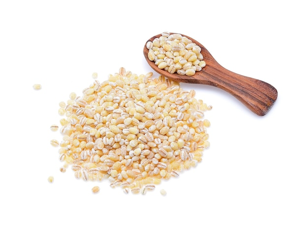 흰색 배경에 고립 된 보리 곡물