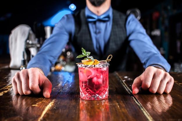 Бармен создает коктейль в портье