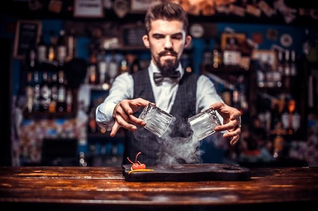 Бармен создает коктейль в салоне