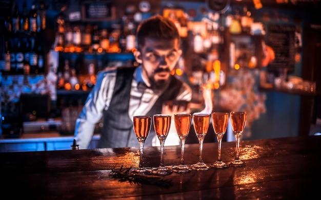 Бармен готовит коктейль в трактире