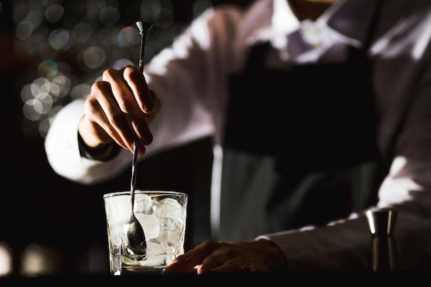 バーテンダーがレストランでノンアルコールカクテルを準備します。