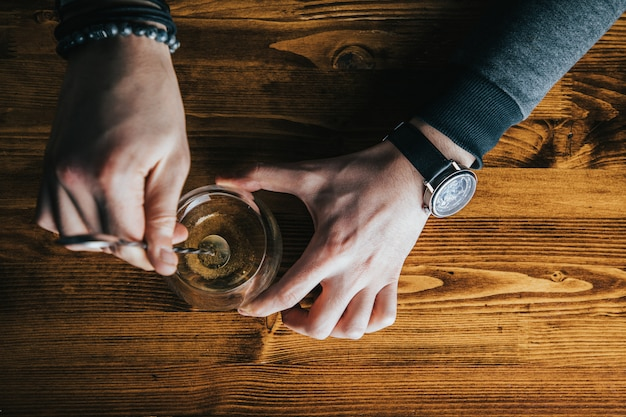 Бармен с коктейлем