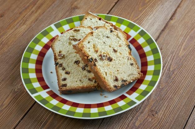 술 타나와 건포도를 첨가 한 barmbrack 아일랜드 효모 빵